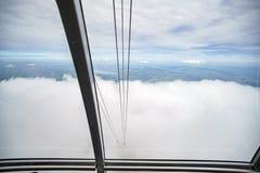 Cabina di funivia che entra in mare della nuvola alla montagna di Pilatus Immagine Stock Libera da Diritti