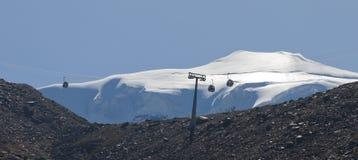 Cabina di funivia che trasporta i turisti, alpi Fotografie Stock