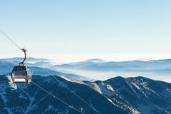 Cabina di funivia che va sulla montagna con bello paesaggio su fondo Fotografia Stock Libera da Diritti