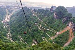 cabina di funivia con la bobina e strada delle curve in montagna di Tianmen zhan Immagine Stock