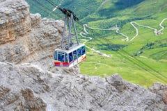 Cabina di funivia del massiccio della montagna di Pordoi del Sass, dolomia, Italia Immagini Stock