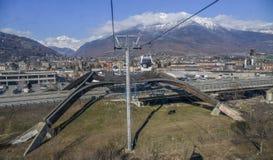 Cabina di funivia della gondola alla stazione sciistica di Pila Esaminando verso la valle la città di Aosta prima dell'attraversa Immagine Stock