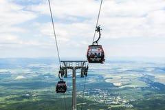 Cabina di funivia della gondola che trasporta la famiglia su un viaggio all'alto Tatras Fotografie Stock Libere da Diritti