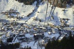 Cabina di funivia della gondola di Funifor sul pendio di montagna nel giorno di inverno soleggiato, stazione sciistica nelle alpi Fotografie Stock Libere da Diritti