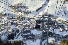 Cabina di funivia della gondola di Funifor sul pendio di montagna nel giorno di inverno soleggiato, stazione sciistica nelle alpi Immagine Stock Libera da Diritti