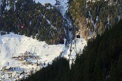 Cabina di funivia della gondola di Funifor sul pendio di montagna nel giorno di inverno soleggiato, stazione sciistica nelle alpi Fotografia Stock