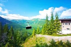 Cabina di funivia della gondola in montagne Immagine Stock