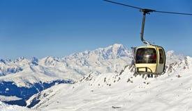 Cabina di funivia dello sci, montagne nevose delle alpi e Mont Blanc Immagine Stock Libera da Diritti