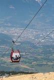 Cabina di funivia di Chamrousse sopra la città di Grenoble Fotografia Stock Libera da Diritti