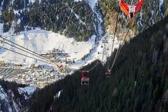 Cabina di funivia discendente andante della gondola di funifor sul pendio di montagna nel giorno di inverno soleggiato, stazione  Fotografia Stock Libera da Diritti