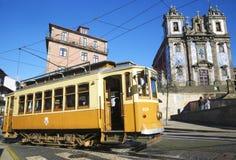 Cabina di funivia e chiesa tipica a Oporto Fotografia Stock