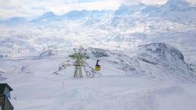 Cabina di funivia lungo il supporto di Krippenstein, alpi di Dachstein, Austria
