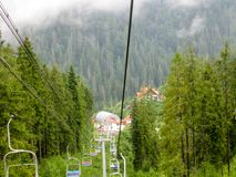 Cabina di funivia in montagne carpatiche immagini stock libere da diritti