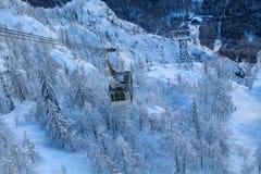 Cabina di funivia in montagne, centro dello sci di Vogel Julian Alps Immagini Stock