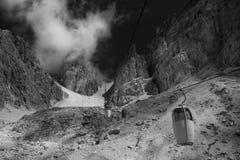 Cabina di funivia in montagne della dolomia, Italia Immagine Stock