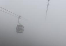 Cabina di funivia nell'isola di Lantau, Hong Kong nella nebbia immagine stock libera da diritti