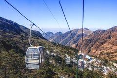 Cabina di funivia nella gamma di alta montagna in Cina fotografia stock