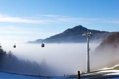 Cabina di funivia nella mattina nebbiosa di inverno Immagine Stock