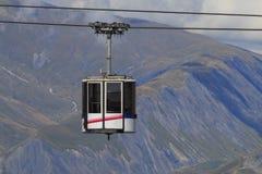 Cabina di funivia nelle alpi della Francia fotografia stock libera da diritti
