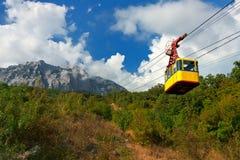 Cabina di funivia nelle montagne Immagini Stock Libere da Diritti