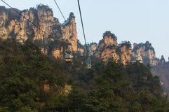 Cabina di funivia nelle montagne irreali in Cina Fotografia Stock