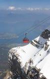 Cabina di funivia rossa, lago Erbaspagna ed alpi svizzere Fotografia Stock Libera da Diritti