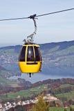 Cabina di funivia sopra il lago alpino Fotografie Stock