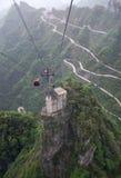 Cabina di funivia sopra il viale dicollegamento in montagna di Tianmen, Cina Fotografie Stock