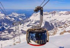 Cabina di funivia sopraelevata di Rotair sul Mt Titlis in Svizzera Fotografia Stock Libera da Diritti