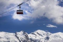 Cabina di funivia sui precedenti di Mont Blanc Chamonix-Mont-Blanc alpi Immagini Stock