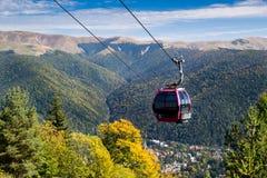 Cabina di funivia sul paesaggio della montagna Fotografie Stock