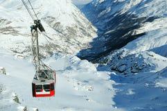 Cabina di funivia sulla montagna nevosa fotografia stock libera da diritti