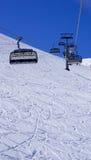 Cabina di funivia vuota dello sci al verticale di Titlis delle montagne della neve Immagini Stock