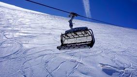 Cabina di funivia vuota dello sci alle montagne Titlis della neve Fotografia Stock