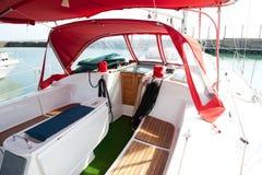 Cabina di guida del salotto in una barca. fotografia stock