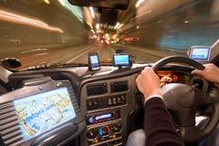 Cabina di guida del tassì alla notte fotografia stock