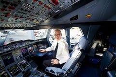 Cabina di guida e pilota del Lufthansa A380 Fotografia Stock Libera da Diritti