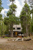 Cabina di legno in foresta fotografia stock libera da diritti