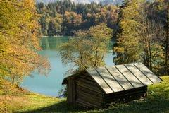 Cabina di legno nella caduta in un lago Fotografie Stock Libere da Diritti