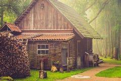 Cabina di legno nella mattina nebbiosa Immagini Stock