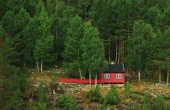 Cabina di legno rossa immagini stock libere da diritti