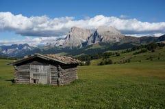 Cabina di legno sulle grandi montagne della dolomia e dell'alpe nel fondo Fotografia Stock