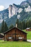 Cabina di legno in un campo Fotografia Stock Libera da Diritti