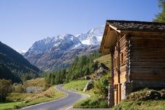 Cabina di legno in valle della montagna Fotografie Stock Libere da Diritti