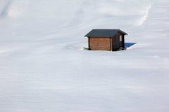Cabina di libro macchina isolata in neve vergine Immagine Stock