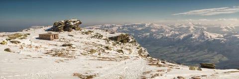 Cabina di pietra nelle montagne Fotografia Stock