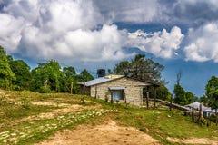 Cabina di pietra sotto la montagna di Annapurna Immagine Stock