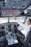 Cabina di pilotaggio dell'aeroplano con il pilota Immagine Stock