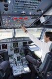 Cabina di pilotaggio dell'aeroplano con il pilota Fotografia Stock