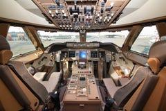Cabina di pilotaggio di Boeing 747-800 del carico del ponte dell'aria che sta all'aeroporto internazionale di Sheremetyevo Fotografia Stock